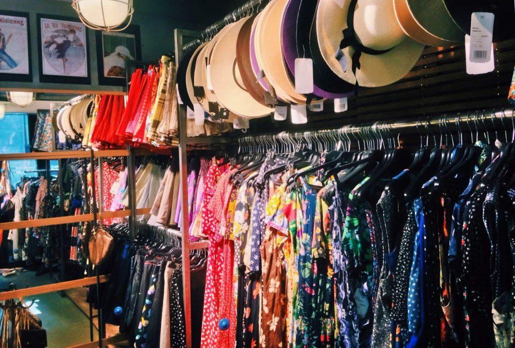 vestiti e cappelli nel negozio second hand free'p'star di Parigi