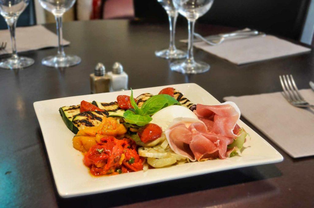piatto di affettati, mozzarella e verdure grigliate.