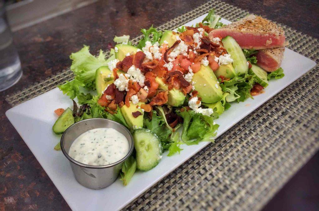 piatto di insalata con avocado