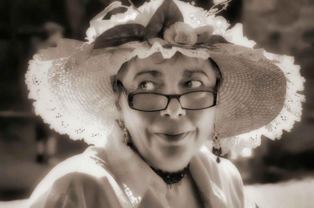 signora in primo piano con cappello.