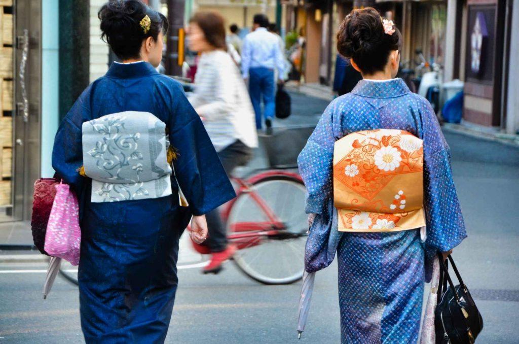 donne vestite in abiti tradizionali giapponesi