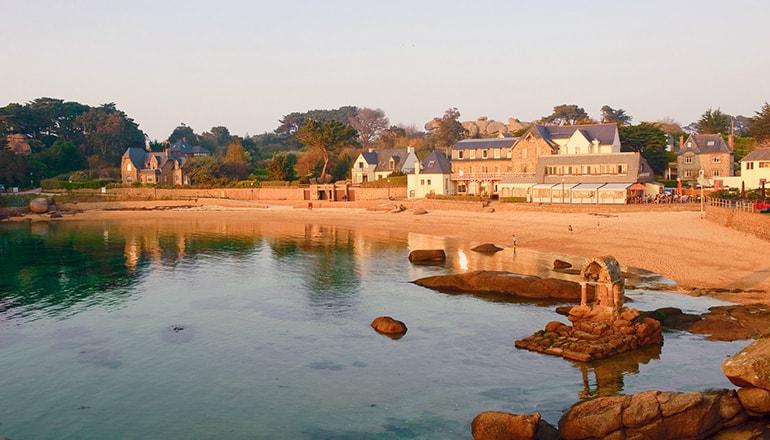spiaggia-saint-guirec-bretagna-min