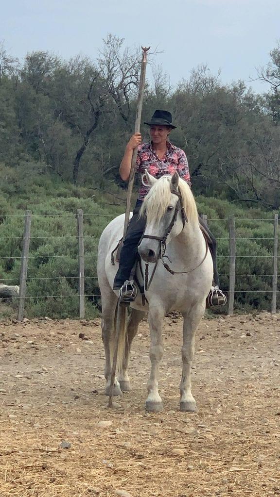 Guardiana tradizionale della Camargue a cavallo