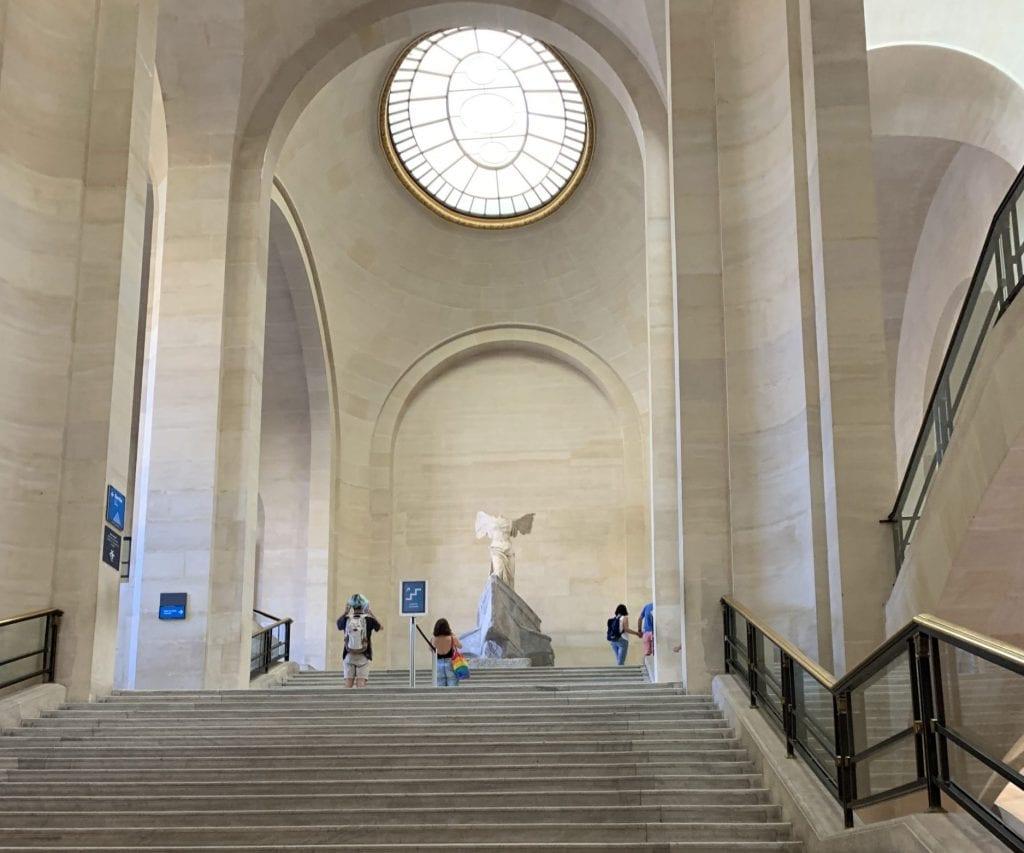 Museo del Louvre - La grande scala che conduce alla Nike di Samotracia