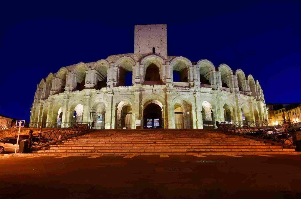 vista serale dell'arena romana di Arles in Provenza.