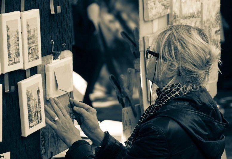 pittrice di mintmartre che dipinge a place du tertre