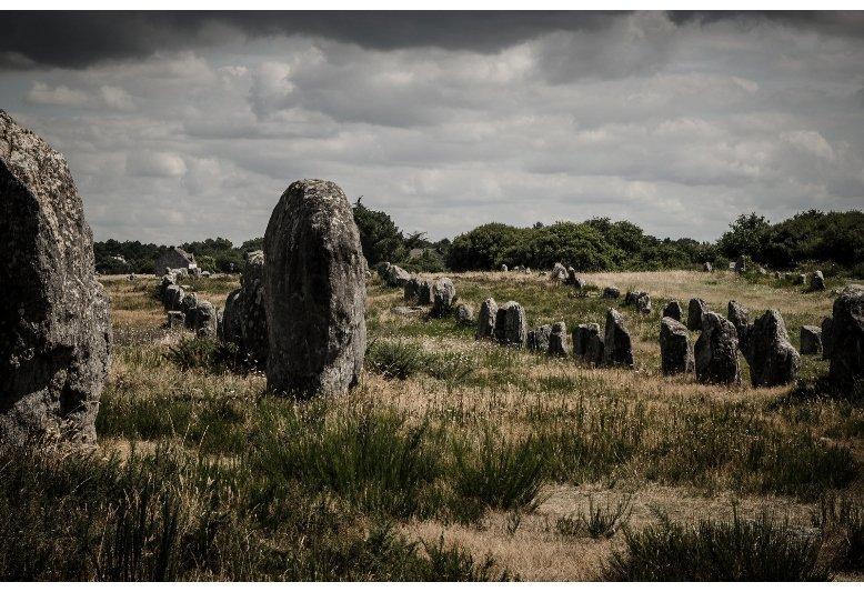 paesaggio con allineamenti di pietre nel sito preistorico di Carnac