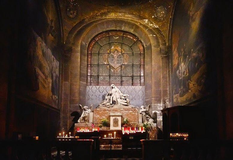 scultura rappresentante la deposizione di cristo