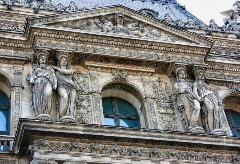 scultura delle cariatidi nel louvre