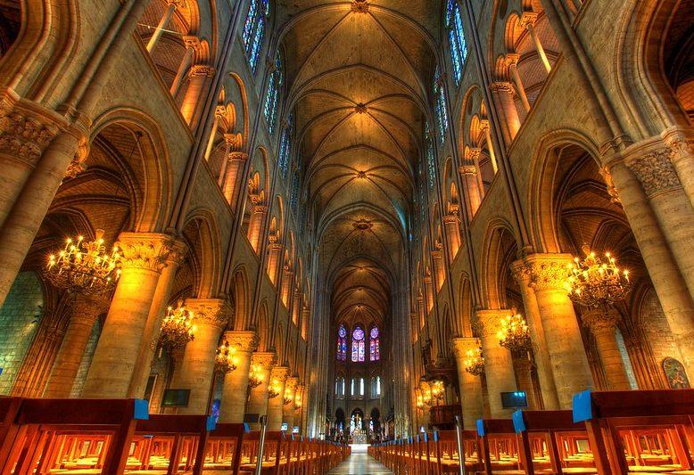 navata centrale della cattedrale di notredame di parigi