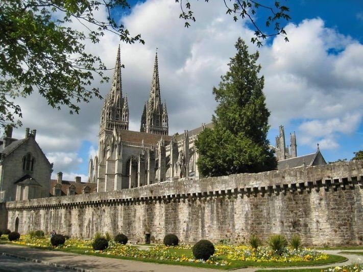 vista della cattedrale di san corentino