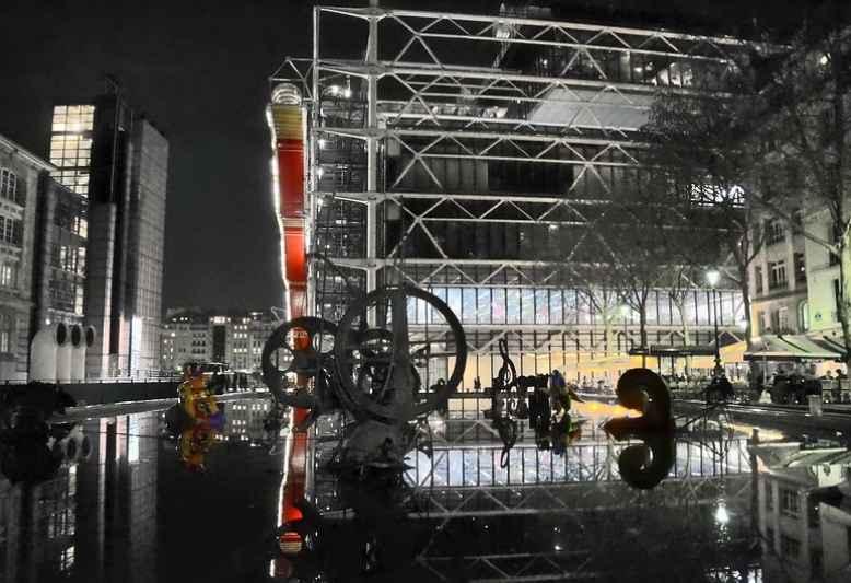 vista del centro pompidou di sera dalla fontana Stravinsky
