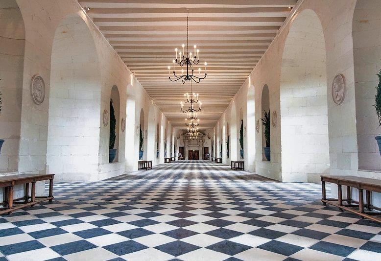 corridoio con pavimento a scacchi