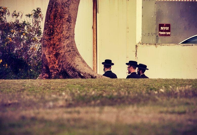 tre ebrei ortodossi che passeggiano
