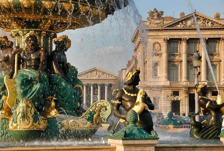 fontana in primo piano in place de la concorde a Parigi