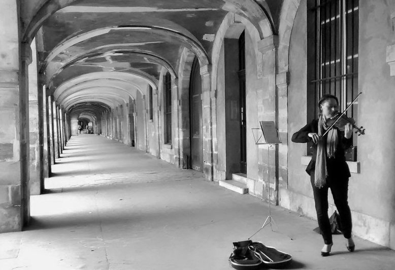 galleria nella place des vosges con musicista di violino