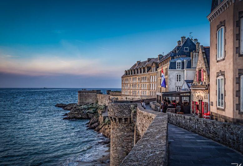passeggiata sulle mura di cinta della città di Saint Malo