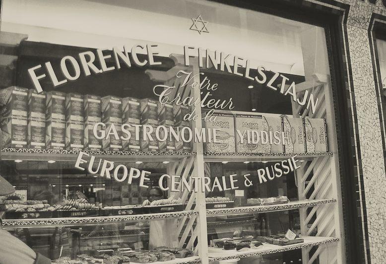 vetrina di un negozio di specialità ebraiche