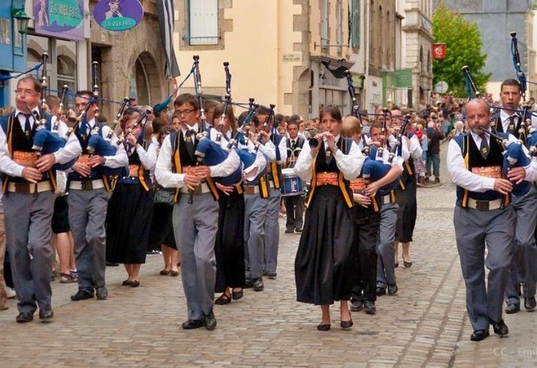 persone che camminano suonando la cornamusa