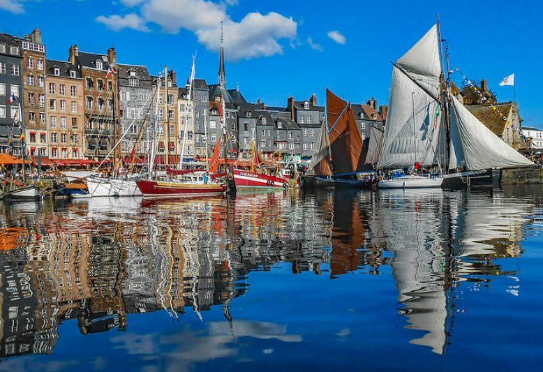 barche nel porto antico di Honfleur in Normandia