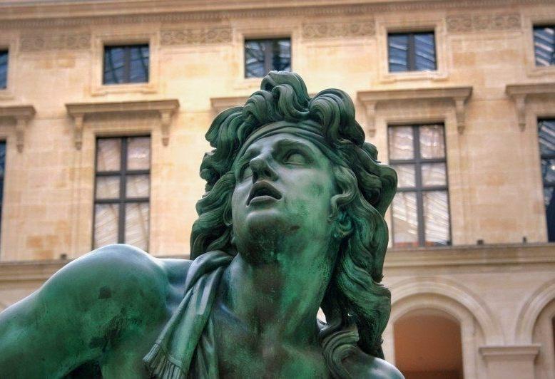 scultura in bronzo particolare del volto