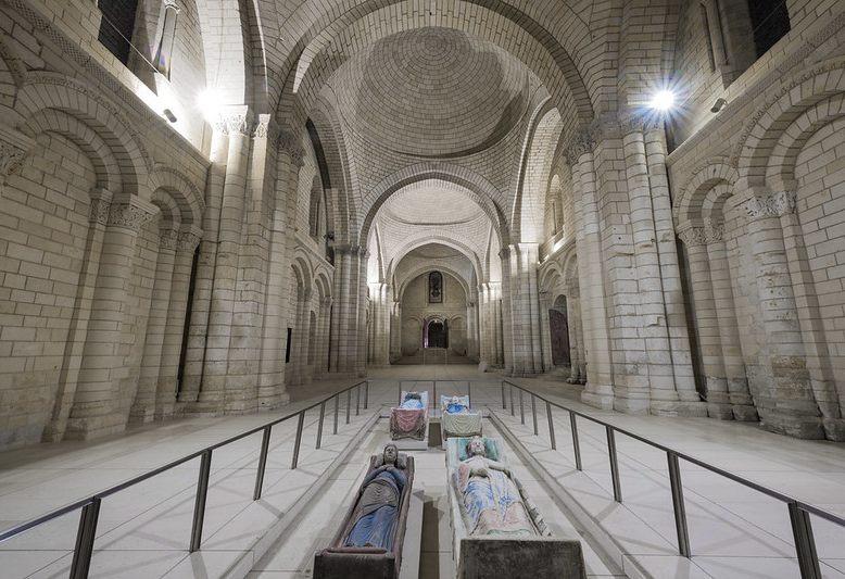 interno della chiesa dell'abbazia di fontevraud con sarcofagi