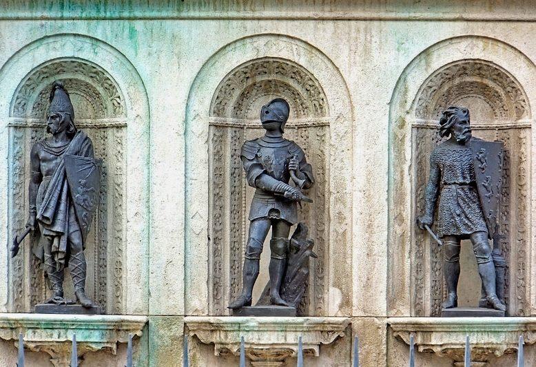 tre statue in bronzo che rappresentano i guerrieri