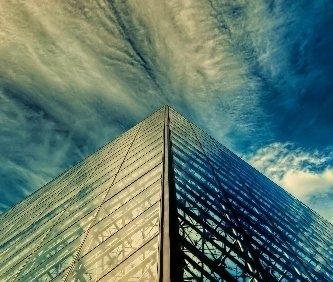vista da un angolo della piramide del Louvre di Parigi