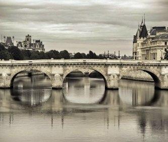 vista di un ponte dell'Ile de la cité e nello sfondo la conciergerie di Parigi.