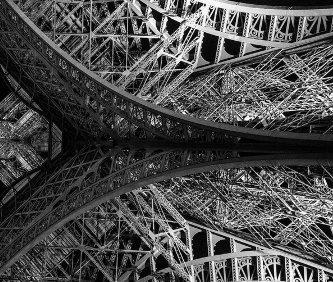 Particolare dellaTour Eiffel e della struttura di ferro di una base.