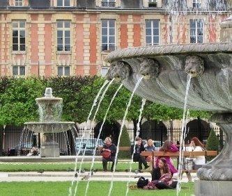 dettaglio di una fontana in place des Vosges nel quartiere ebraico di Parigi.