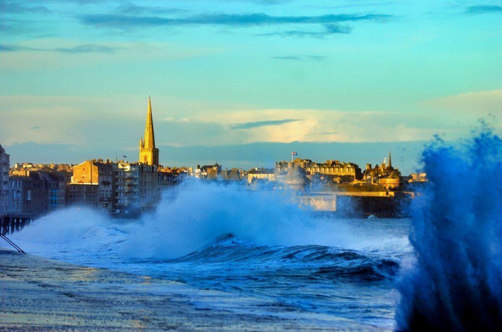 mare in tempesta a Saint Malo